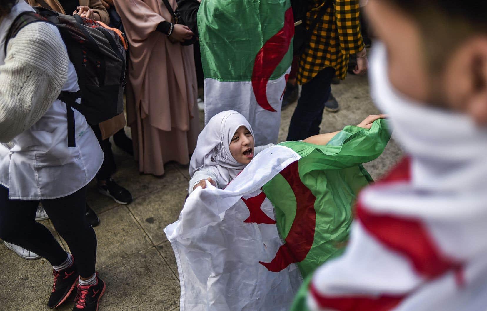 Dimanche, dans le centre d'Alger, un millier de lycéens, drapeaux algériens à la main ou noués autour du cou, se sont rassemblés.