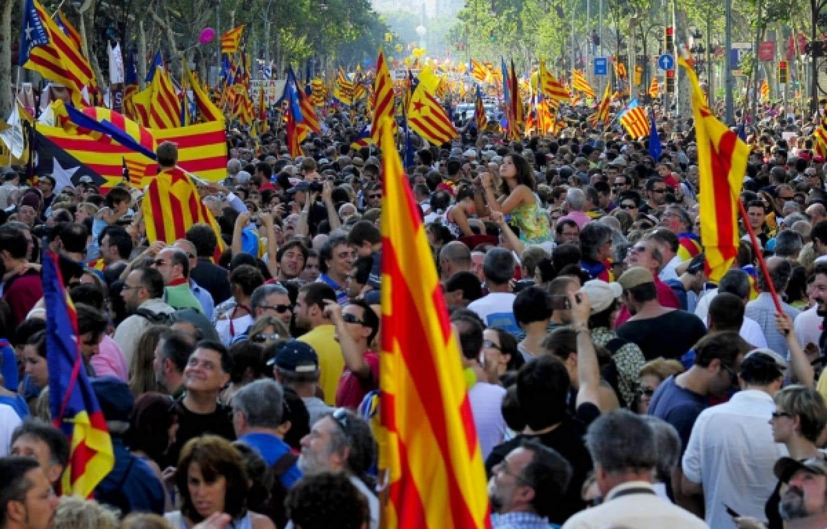 La sentence du 28 juin 2010 du Tribunal constitutionnel espagnol n'a pas été bien accueillie en Catalogne, comme en fait foi la manifestation du 10 juillet 2010 qui a rassemblé à Barcelone plus d'un million de Catalans. Le Tribunal déclare entre autres que les références à la «Catalogne comme nation» et à «la réalité nationale de la Catalogne» contenues dans le préambule du Statut d'autonomie n'ont aucun effet juridique interprétatif.<br />