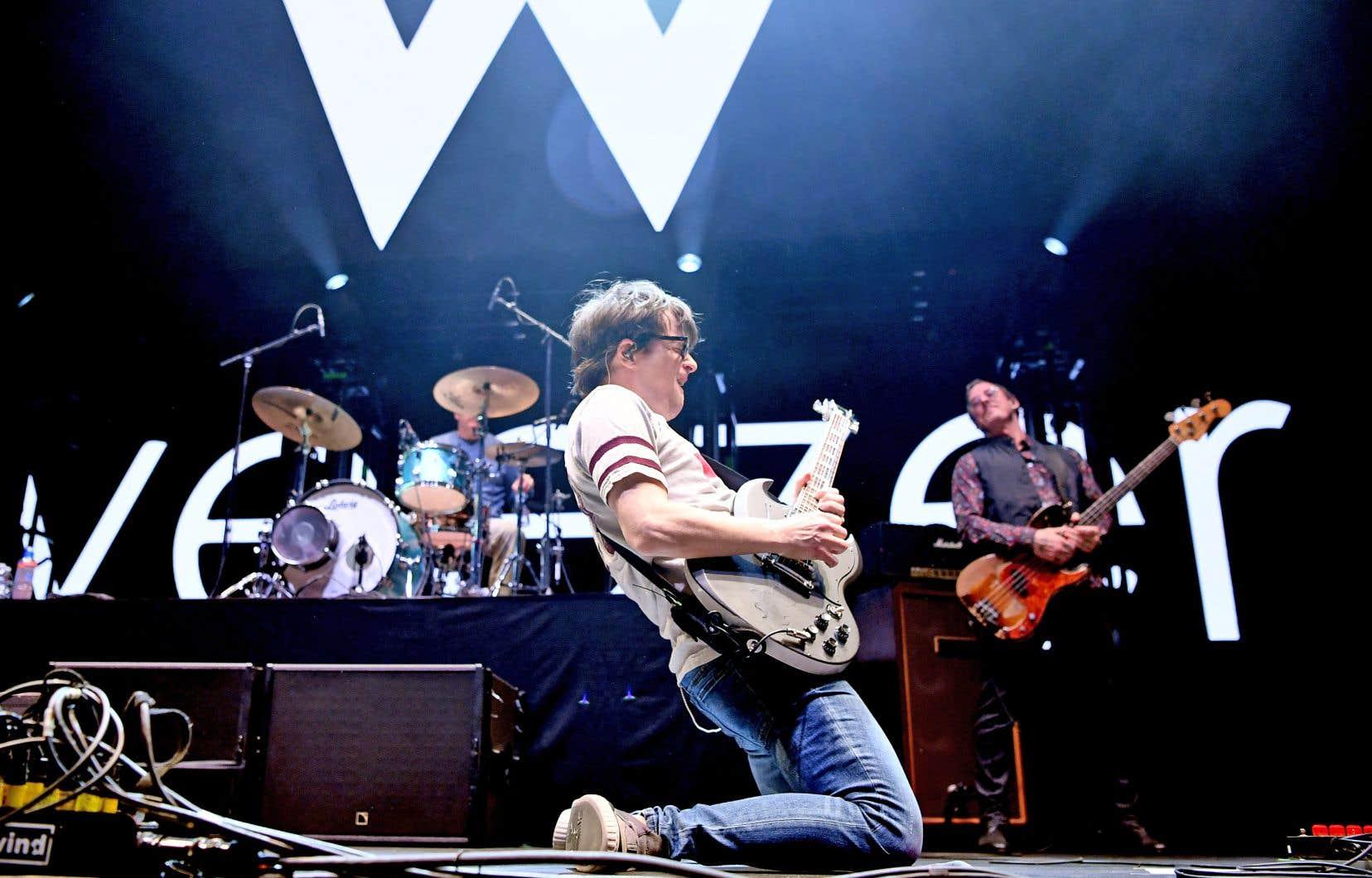 Le chanteur et guitariste Rivers Cuomo s'agenouille le temps d'un solo, lors d'un spectacle en Californie au début du mois de janvier.