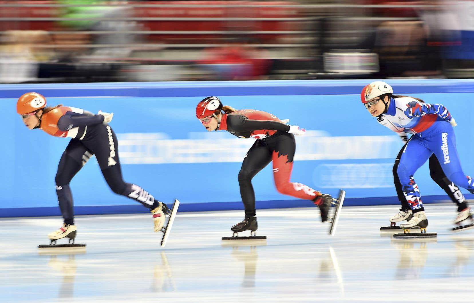 Kim Boutin (au centre) a occupé la deuxième place pendant une bonne partie de la finale du 1000 mètres, avant de voir la Sud-Coréenne Min Jeong Choi la dépasser.