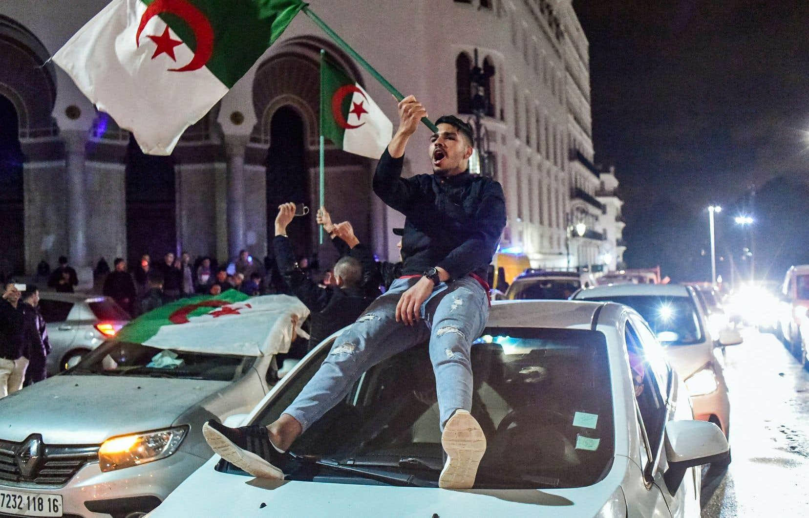 L'annonce de lundi a aussitôt été saluée par un concert de klaxons dans le centre d'Alger.