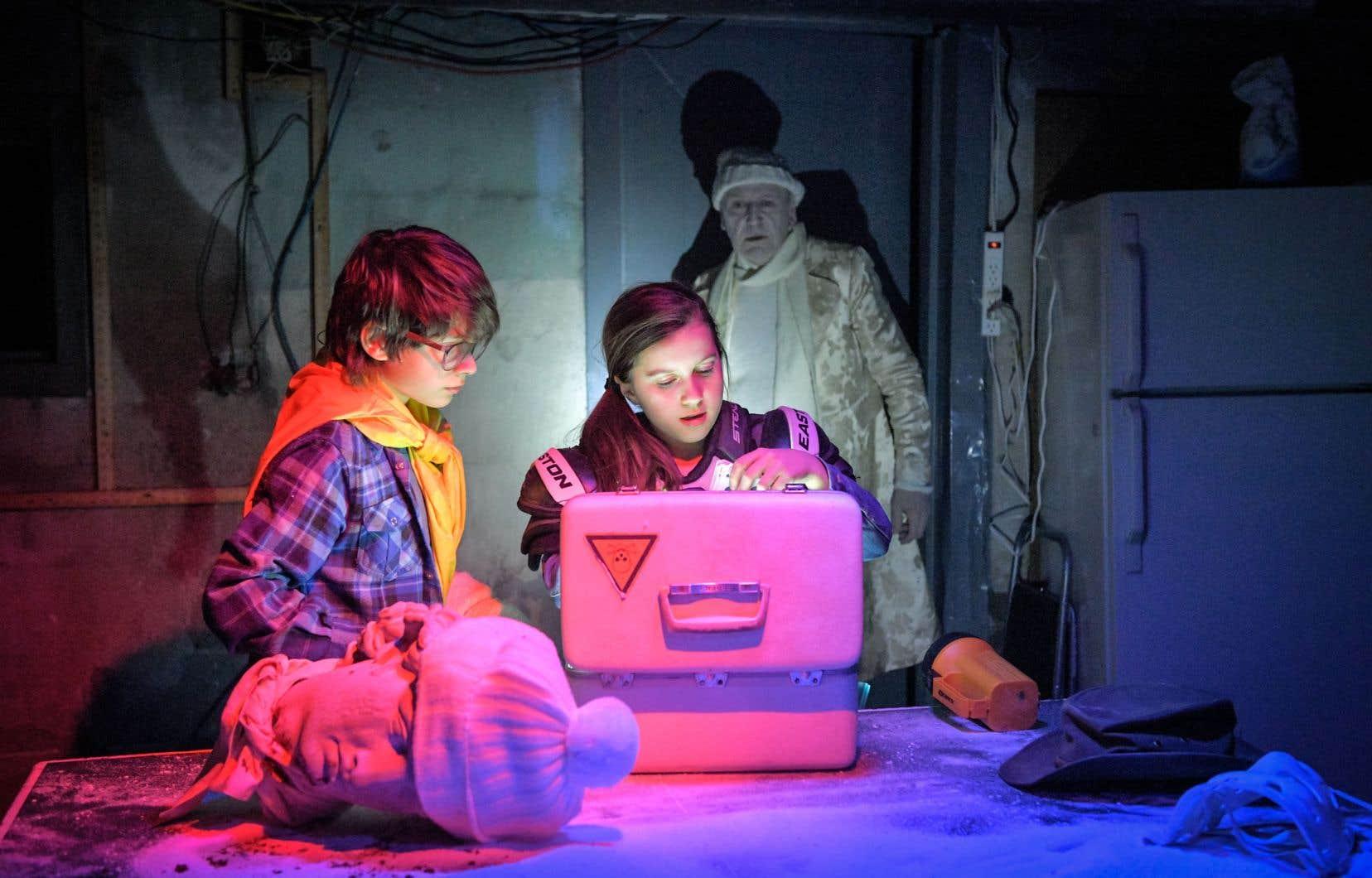 Le spectacle immersif met en scène de jeunes contemporains, Cindy et Carl, fascinés par les héros de Cocteau.