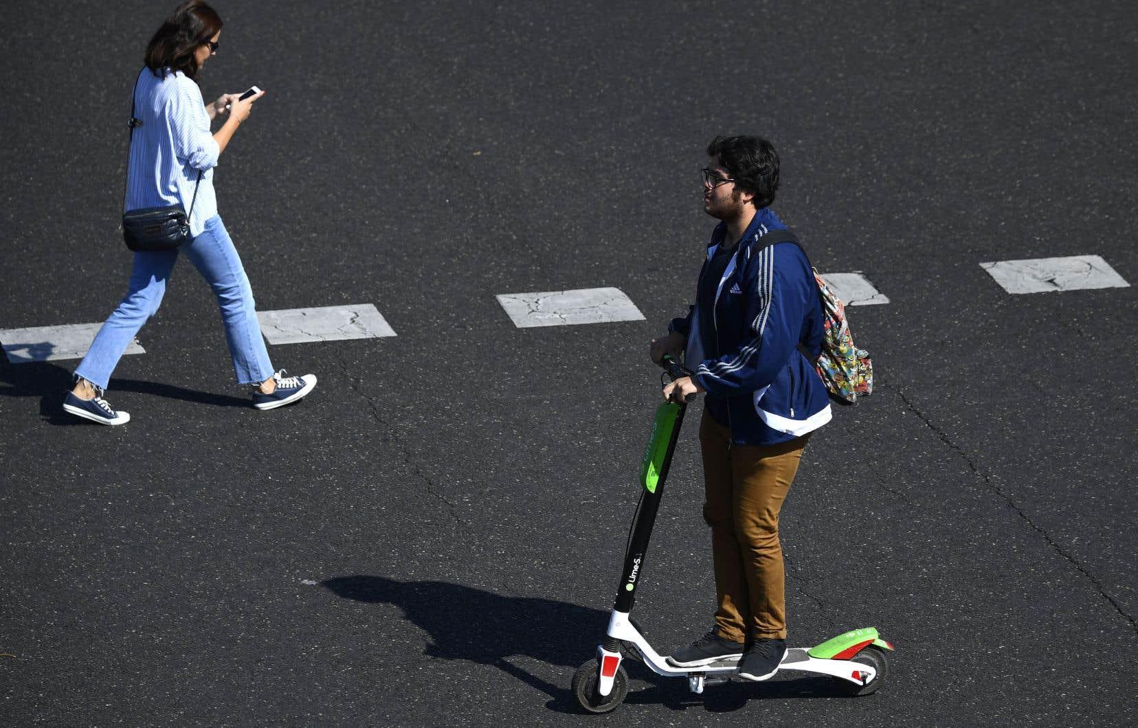 Les trottinettes électriques en libre-service et les vélos sans ancrage sont déjà présents dans plusieurs villes à travers le monde où, selon l'administration municipale de Montréal, ils causent des problèmes qu'on ne veut pas connaître ici.