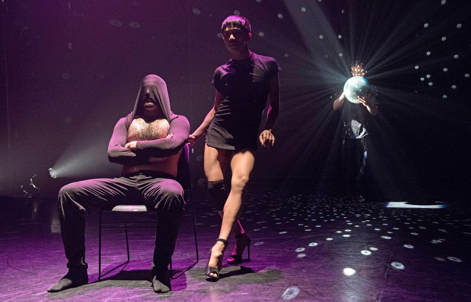 «Dialogue» est une pièce pour cinq danseurs qui explore les thèmes du contact humain, de la communication et de la langue.