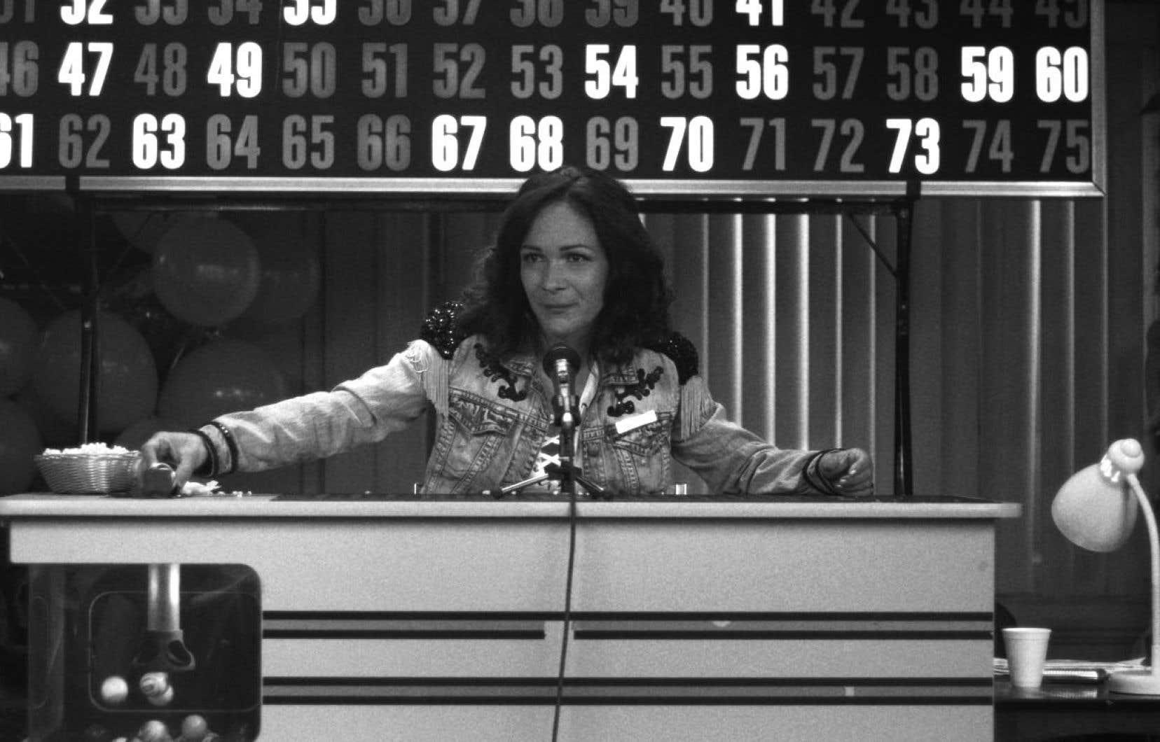 Dans «Nous sommes le freak show», de Marie-Hélène Viens et Philippe Lupien, Sandrine Bisson anime un bingo carnavalesque.