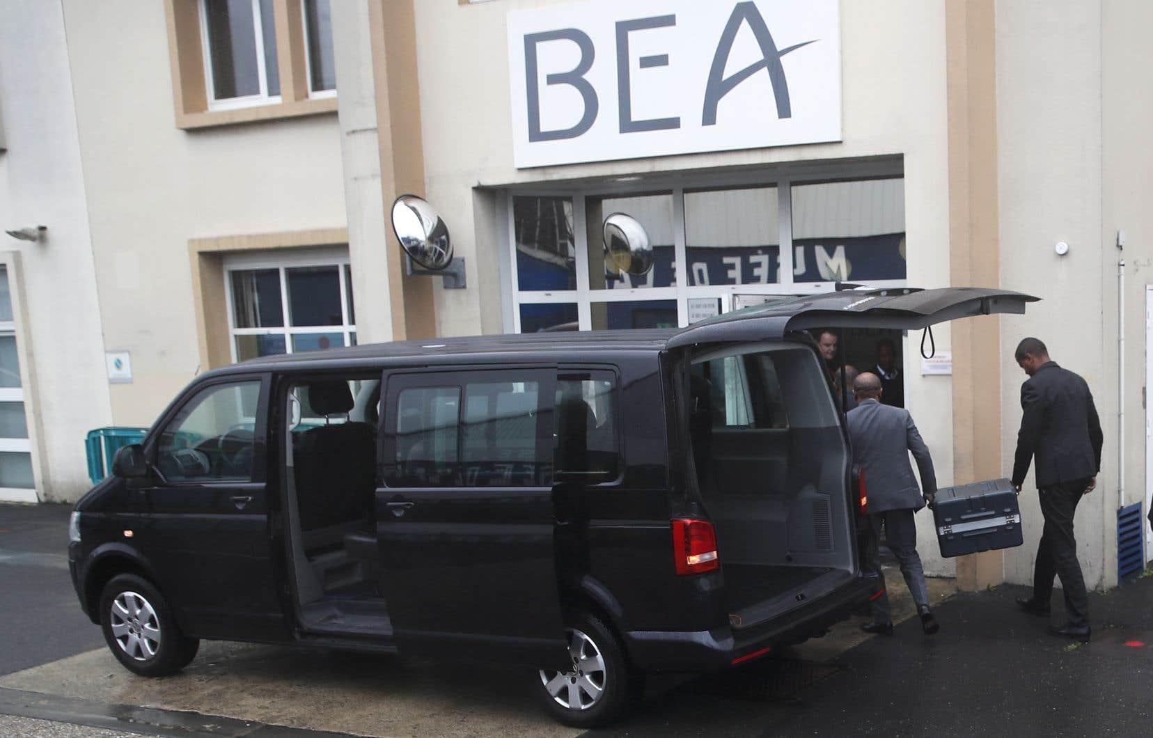 Les enregistreurs de vol ont été remis au Bureau français d'enquêtes et d'analyses (BEA), où ils seront analysées.
