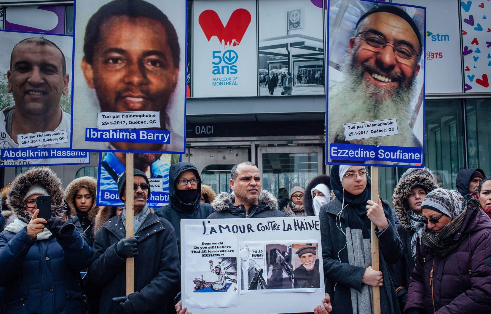 Des photographies des six hommes tués à la mosquée de Québec en janvier 2017 étaient affichées sur des pancartes. On pouvait y lire: «tué par l'islamophobie, 29-1-2017, Québec».