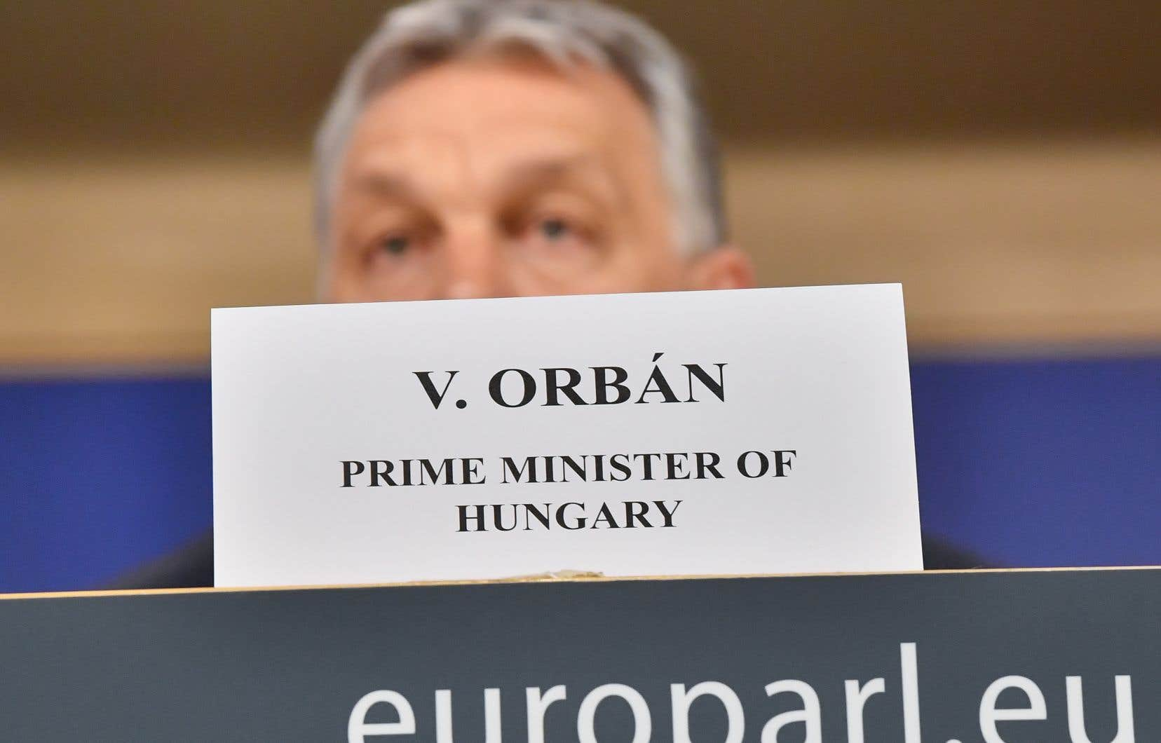 Cette suspension signifie que le parti d'Orban, le Fidesz, n'aura — jusqu'à nouvel ordre — plus le droit de participer aux réunions du Parti populaire européen.