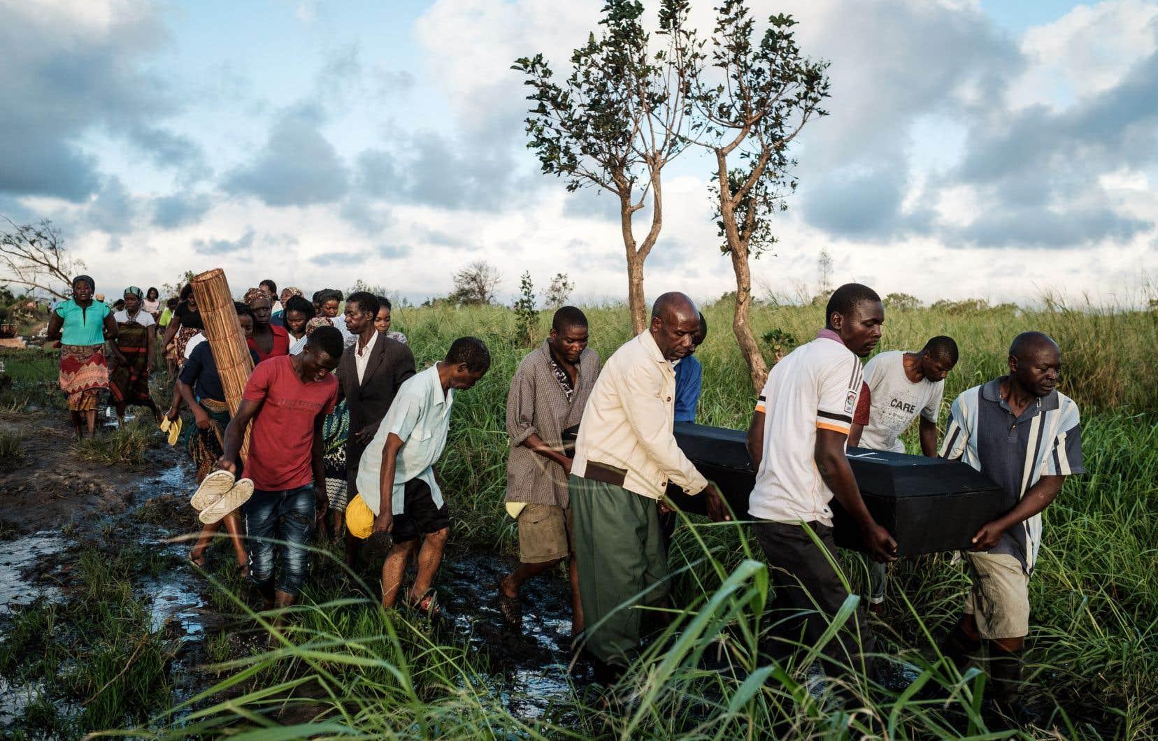 Le cyclone Idai, qui a provoqué des glissements de terrain et des inondations, a fait au moins 202 morts au Mozambique et une centaine au Zimbabwe voisin.