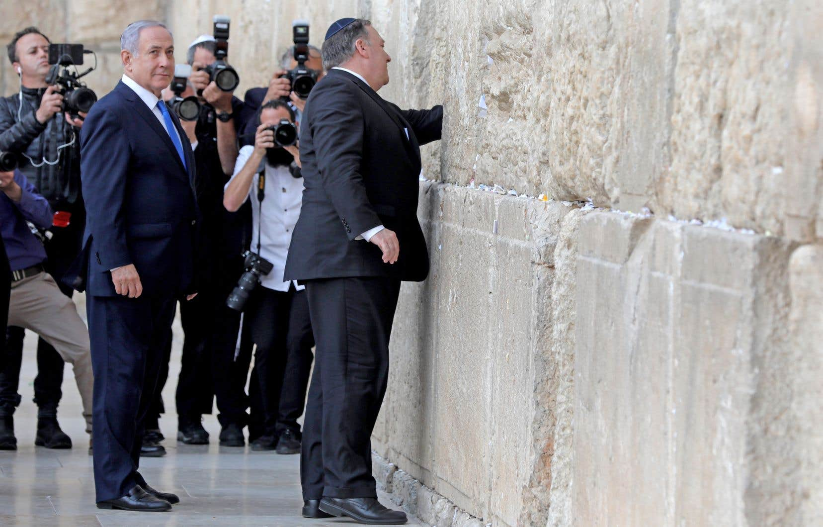 Le secrétaire d'État américain, Mike Pompeo (à droite), s'est rendu au mur des Lamentations à Jérusalem avec le premier ministre israélien, Benjamin Nétanyahou.