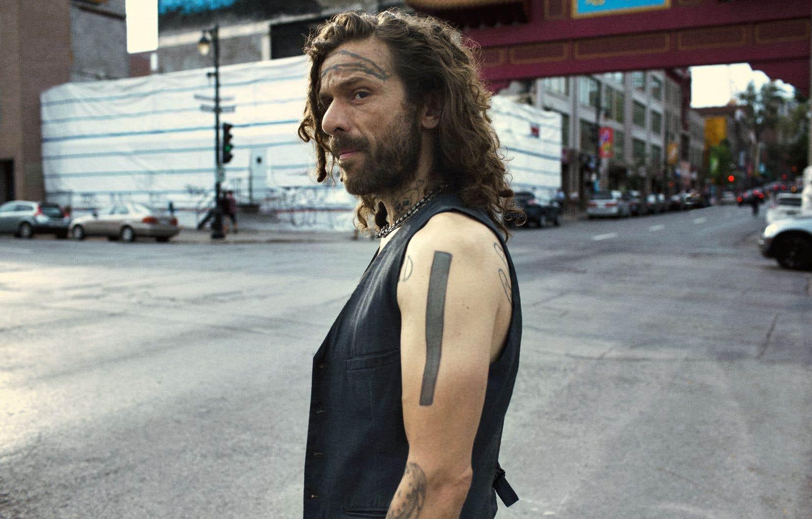 Jimmy (Alexandre Castonguay) ratisse la ville en quête de ce qui le détruit.