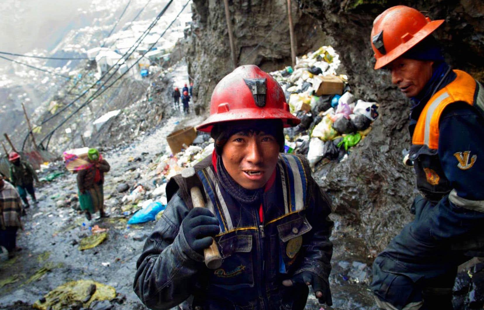 Le second chapitre appartient aux forçats du secteur aurifère et met spécialement en exergue l'extraction artisanale de ce métal qui fait vivre 50millions de personnes sur la planète.