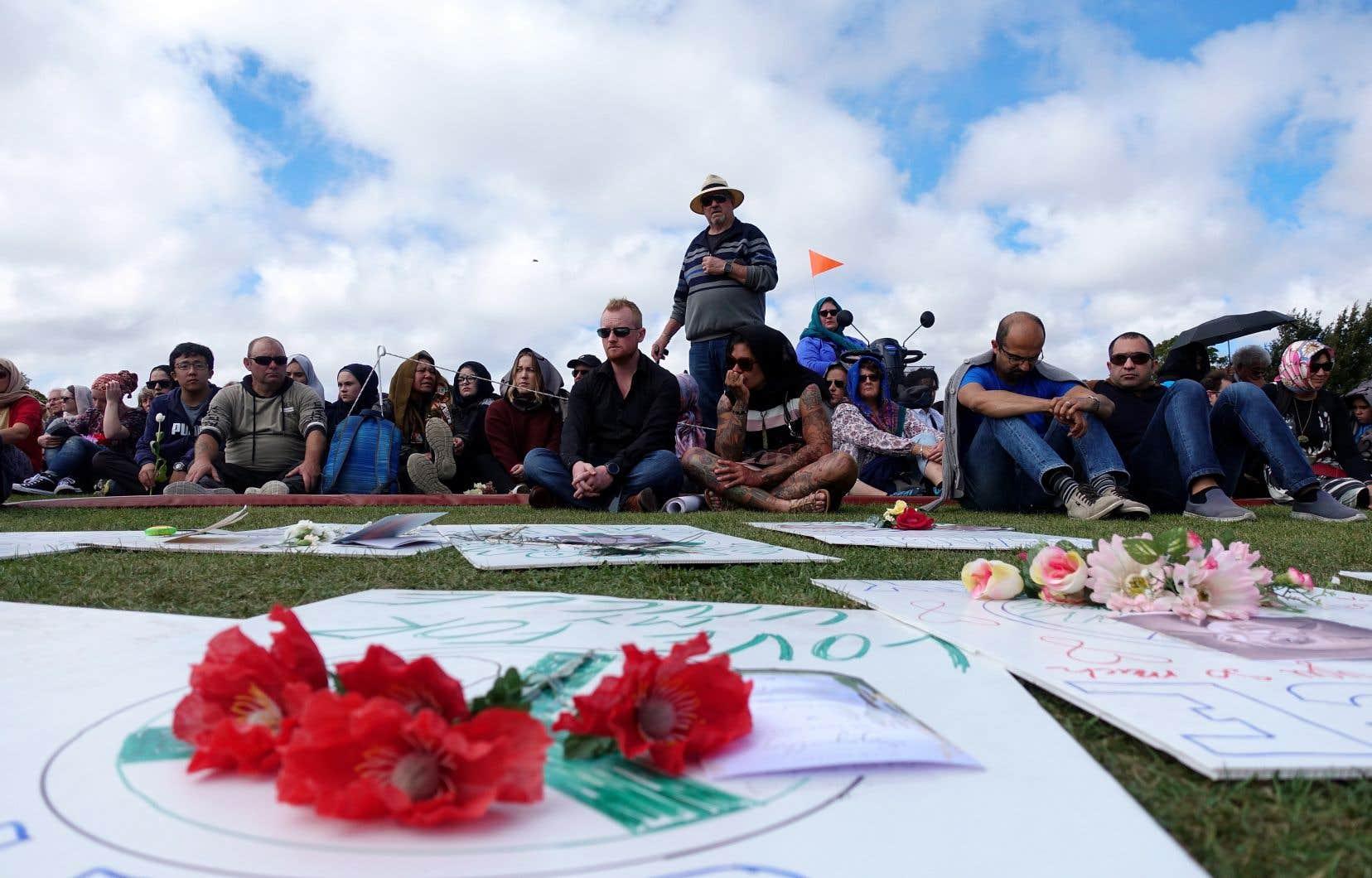 <p>Des milliers de personnesse sont recueillies en silence dans un parc en face de la mosquée al-Nour, la première visée le 15mars par le tueur.</p>