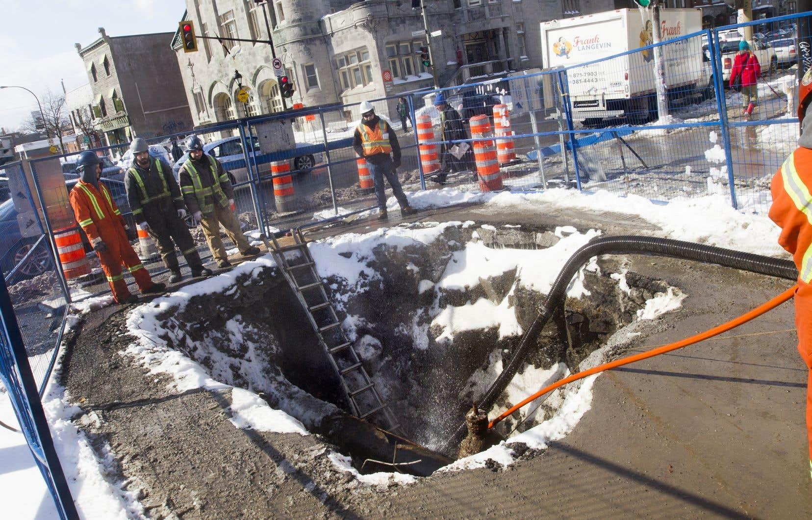 À Montréal, la production d'eau potable a diminué de 24% depuis 2001, mais elle demeure élevée, à 767 litres par personne par jour.Les pertes dans le réseau souterrain sont aussi importantes avec un taux de 30%.