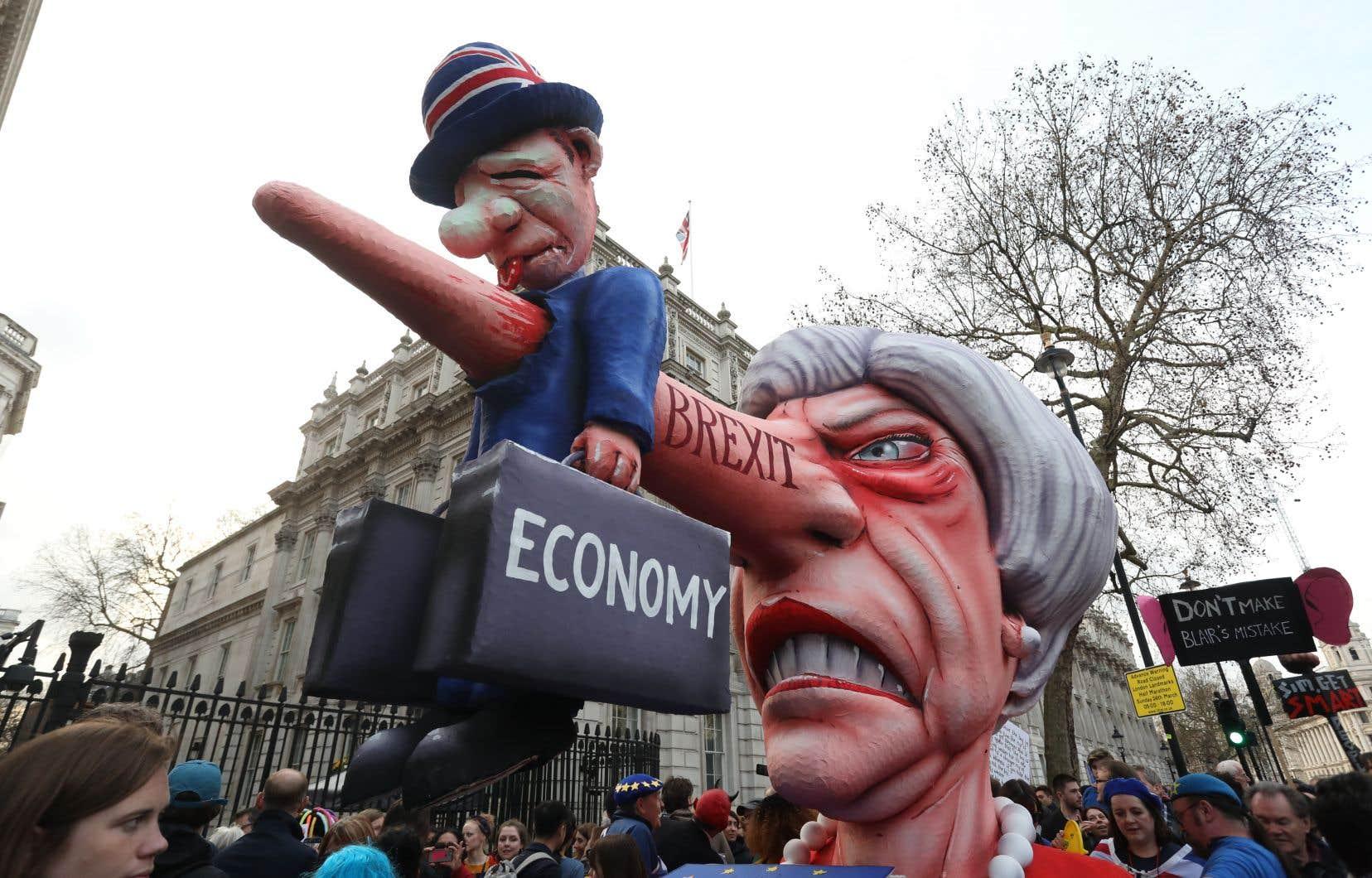 À l'orée de cette semaine cruciale, des centaines de milliers de manifestants anti-Brexit ont défilé à Londres samedi pour réclamer un nouveau référendum.