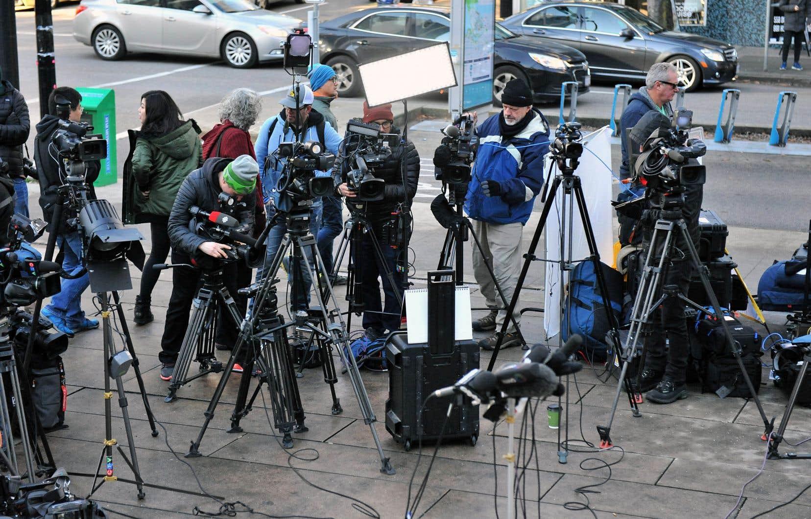 Des représentants de la presse couvrant, le 7 décembre, le procès de la directrice financière de Huawei à l'extérieur de la Cour suprême de la Colombie-Britannique. Cette affaire a mis en lumière le fossé entre les régimes canadien et chinois, selon Jonathan Manthorpe.