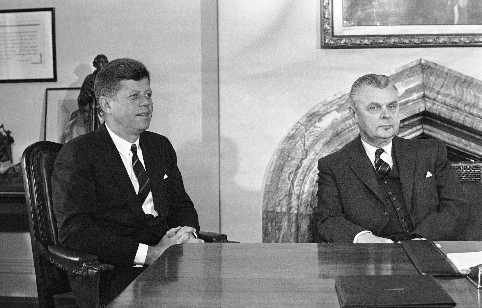 Le président américain John F. Kennedy, en compagnie du premier ministre canadien, John Diefenbaker, en mai 1961