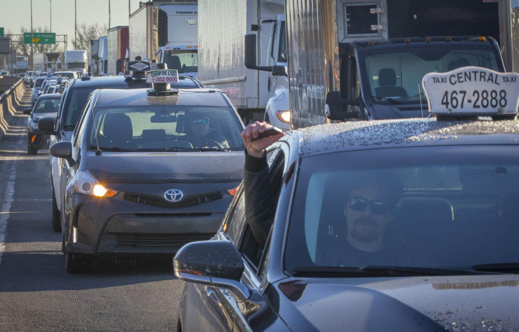 Des milliers de chauffeurs de taxi ont pris la rue, lundi matin, en pleine heure de pointe, pour manifester et ralentir la circulation sur des artères névralgiques à travers le Québec.