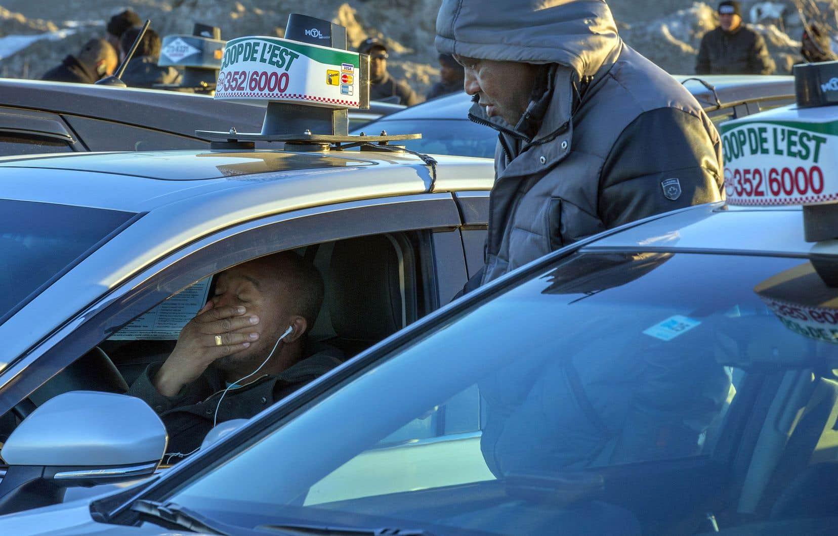 Les chauffeurs de taxi ont fait la grève hier dans plusieurs villes, notamment à Montréal et à Québec, pour montrer leur opposition à la réforme de l'industrie que veut leur imposer le gouvernement. Ils devraient toutefois reprendre le volant aujourd'hui.