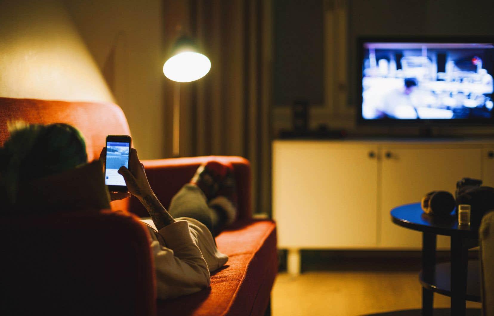 La moyenne des dépenses québécoises annuelles pour les téléchargements et les services en ligne est de 44$.