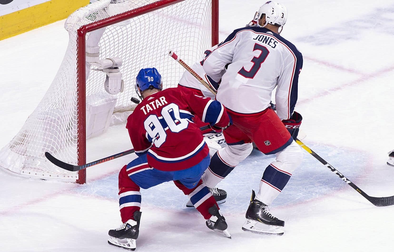 Tomas Tatar du Canadien marque un but en déjouant le gardien Sergei Bobrovsky et le défenseur Seth Jones des Blue Jackets lors d'un match à Montréal, en février dernier.