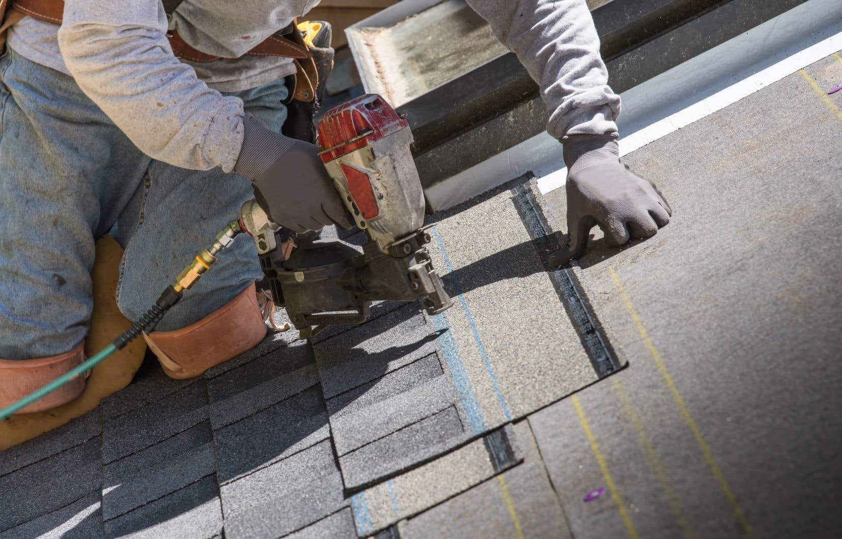 Les fabricants de produits tels que le bardeau d'asphalte seront assujettis à la taxe carbone.