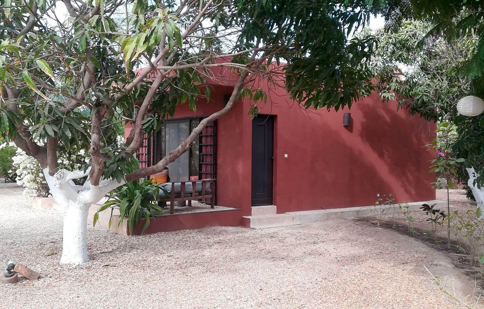 L'un des quatre bungalows en terre rouge cendre de la maison La Paresse.