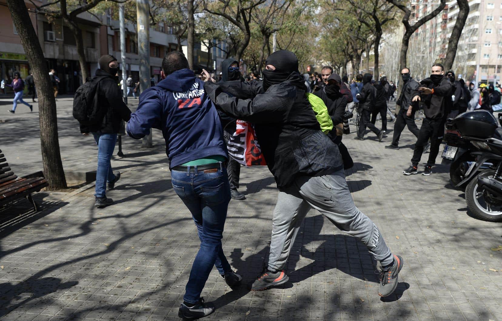Plusieurs groupes indépendantistes radicaux avaient appeléà manifester autour du rassemblement de Vox, pour «protester contre le fascisme».
