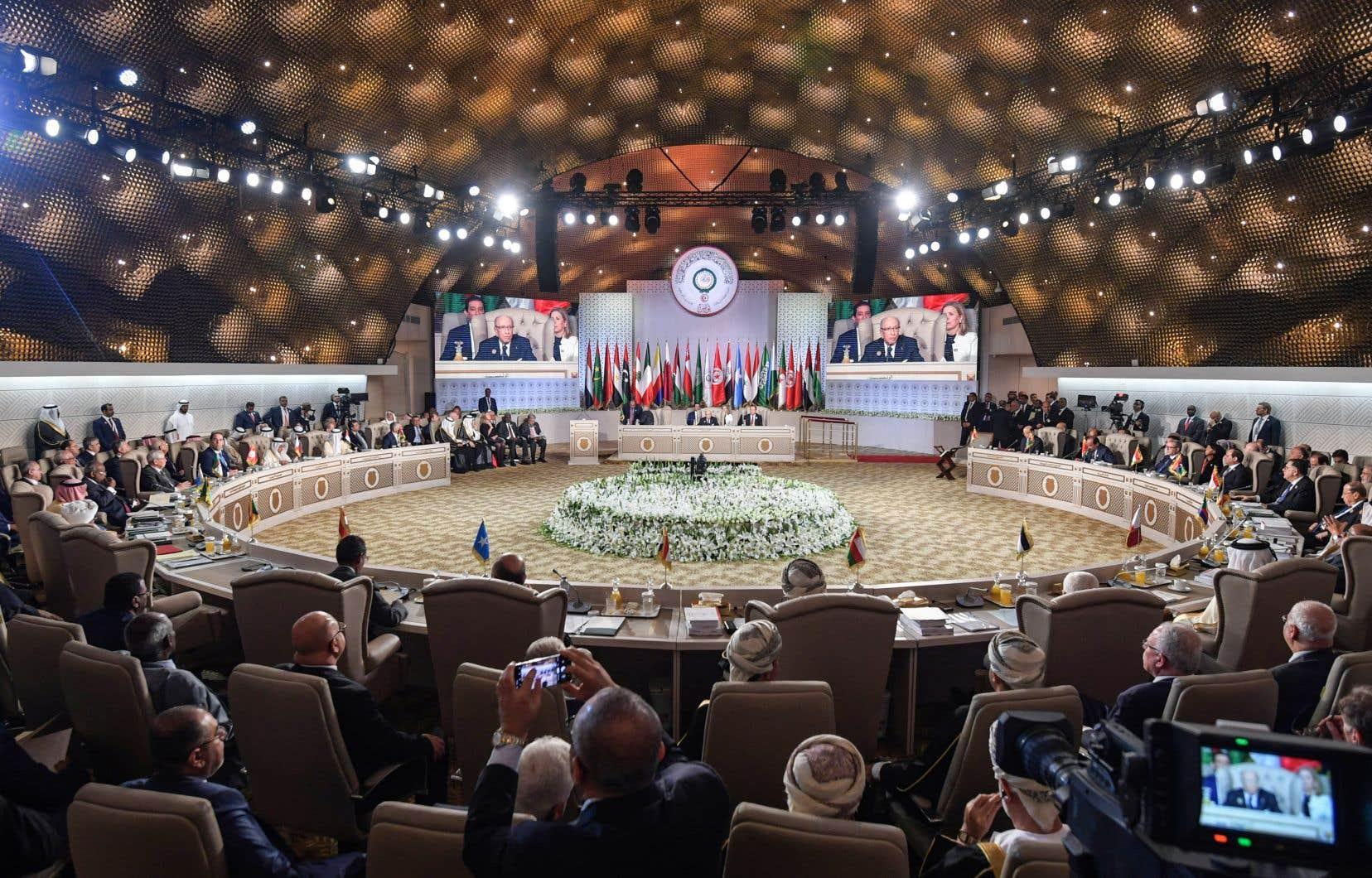 Le sommet de Tunis a permis de rassembler le roi Salmane d'Arabie saoudite, reçu en grande pompe depuis jeudi, et l'émir du Qatar, Cheikh Tamim ben Hamad Al-Thani, arrivé parmi les derniers dimanche matin.
