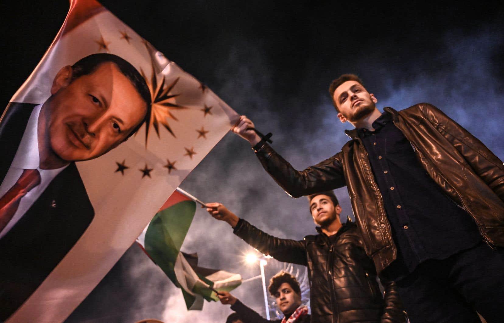 La coalition formée par l'AKP et les ultranationalistes du MHP remporte 51,67% des scrutins selon les résultats partiels.