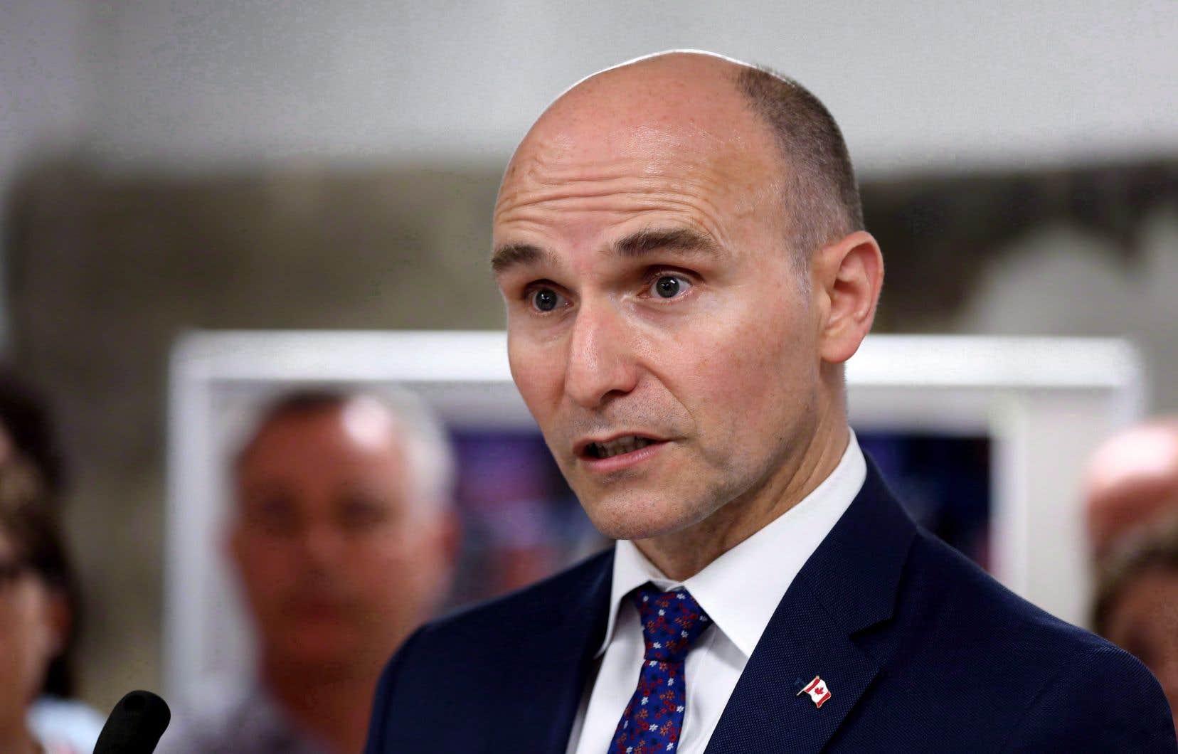 Le ministre Duclos se dit néanmoins touché par la situation. «Sans m'immiscer dans les affaires du gouvernement du Québec […] c'est sûr que comme parent, comme citoyen, ça me préoccupe, ça m'interpelle beaucoup», rappelle-t-il.