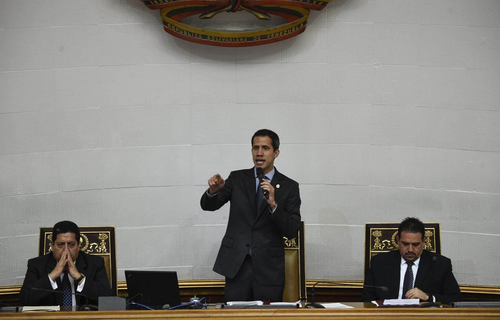 Le chef du Parlement vénézuélien, Juan Guaidó (au centre)