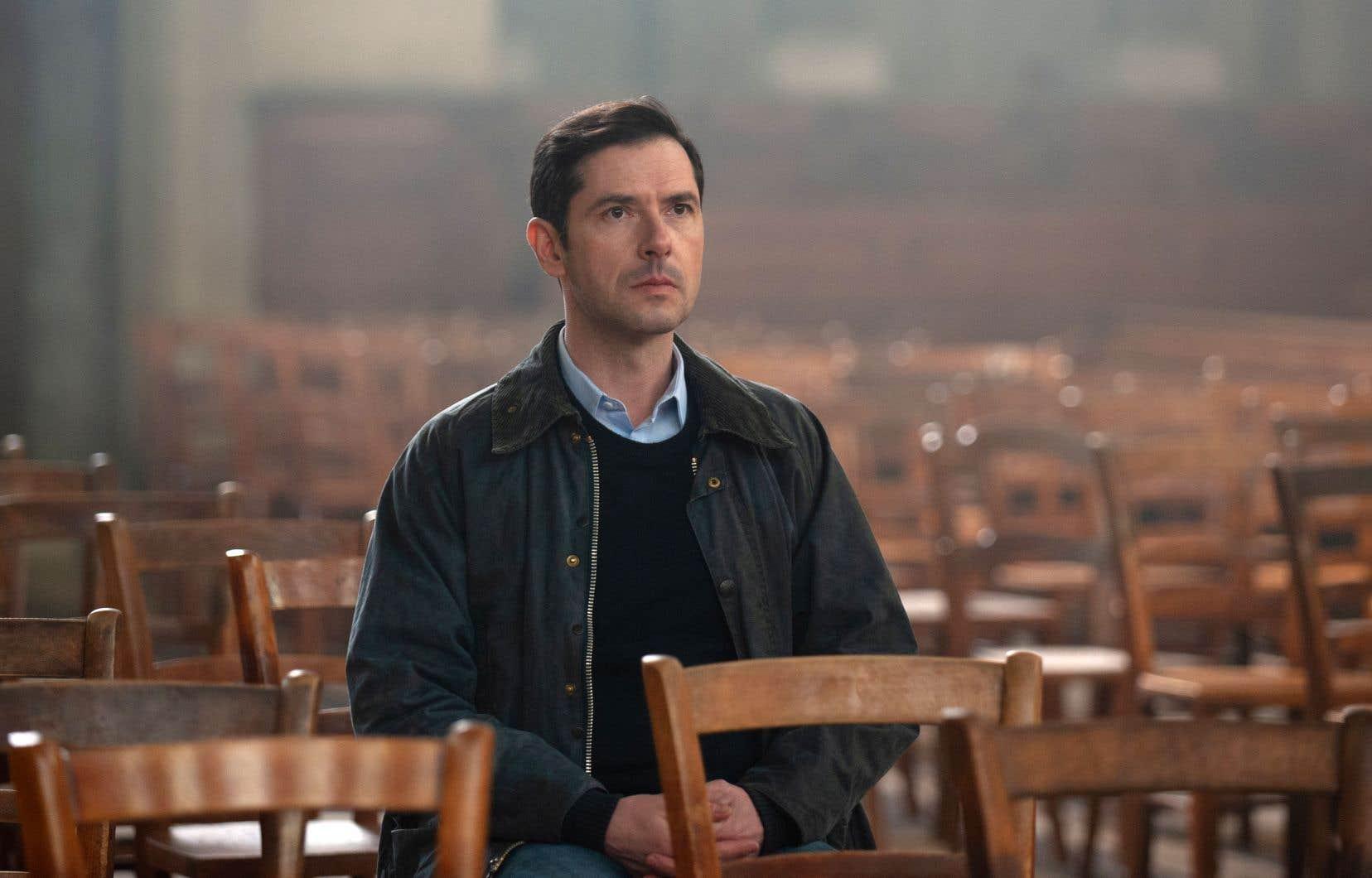 Alexandre (Melvil Poupaud) est troublé en apprenant des années après les événements que le père Preynat est toujours en contact avec des enfants.