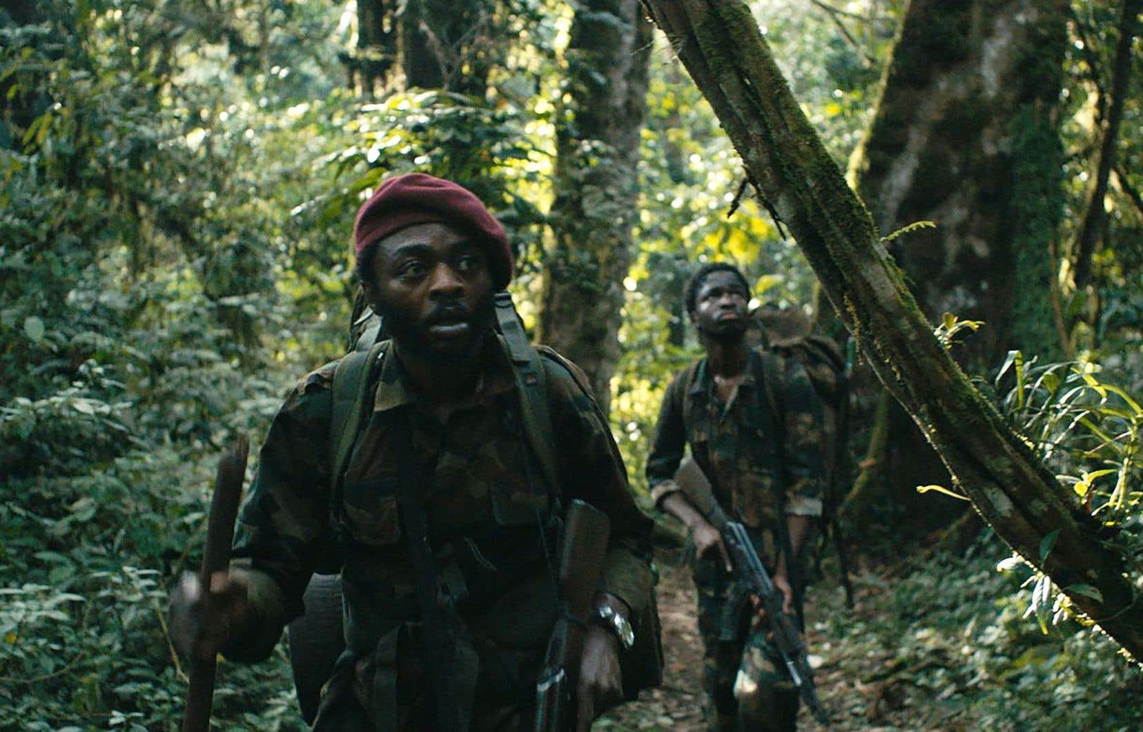 «La miséricorde de la jungle» raconte le périple du sergent Xavier à travers la jungle rwandaise, où il s'est égaré en compagnie du jeune soldat Faustin.