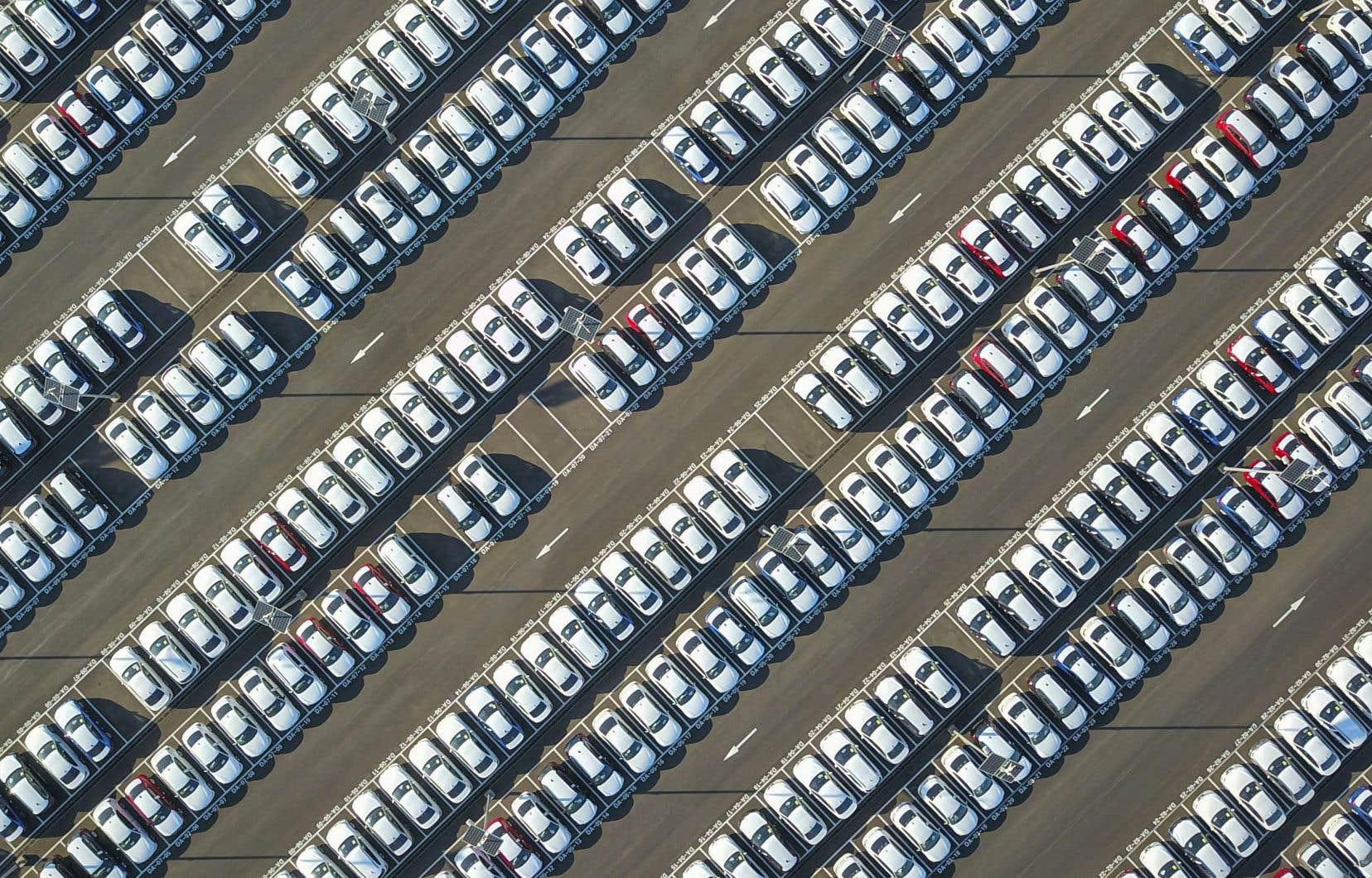 L'Union européenne accuse BMW, Daimler et Volkswagen de s'être entendus pour éviter de se faire concurrence sur les technologies réduisant les émissions polluantes.