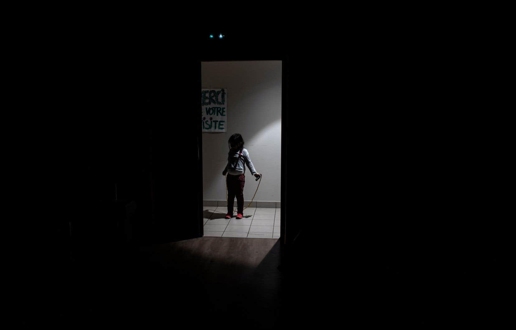 Selonl'Observatoire des tout-petits,Québec devrait s'inspirer de ce qu'il a fait en éducation: les enfants qui habitent régulièrement au Québec ont le droit à l'école publique, peu importe leur statut d'immigration.