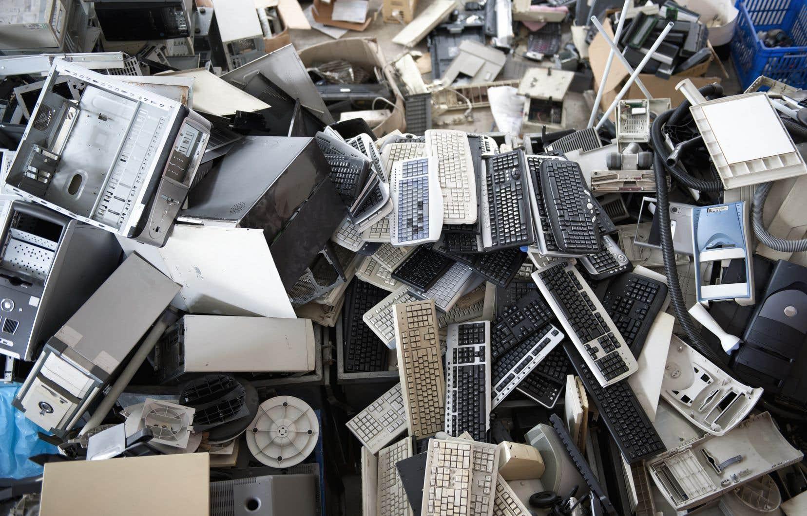 L'obsolescence programmée est une pratique de plus en plus répandue par laquelle des entreprises diminuent la vie utile des produits qu'ils vendent tout en rendant particulièrement difficile l'accès à des outils pour les remettre en état.