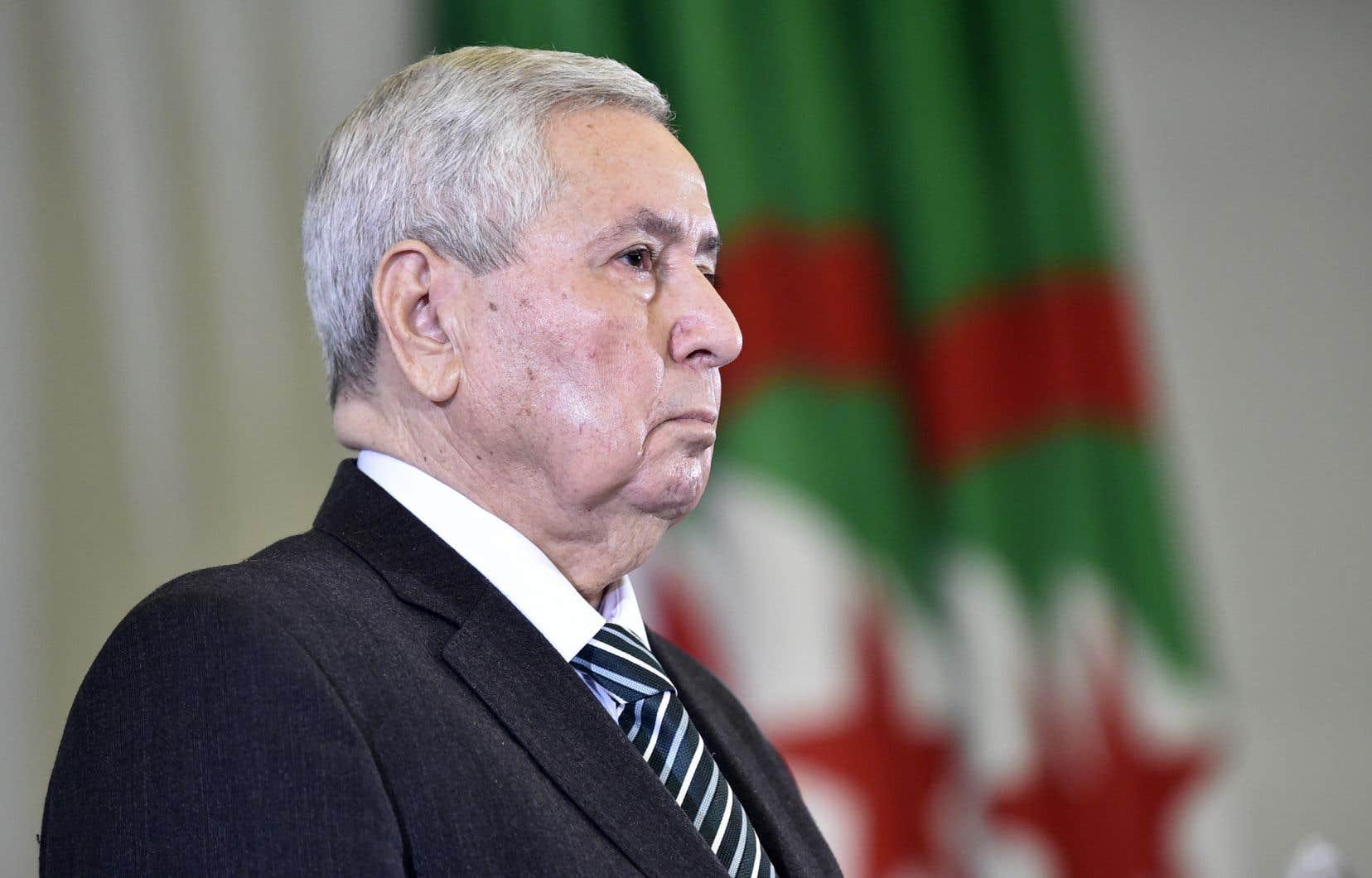 <p>Les Algériens qui continuent de manifester en masse pour réclamer le départ du «système» avaient clairement affiché leur refus de voir Abdelkader Bensalah,le président du Conseil de la nation, âgé de 77ans, prendre l'intérim.</p>