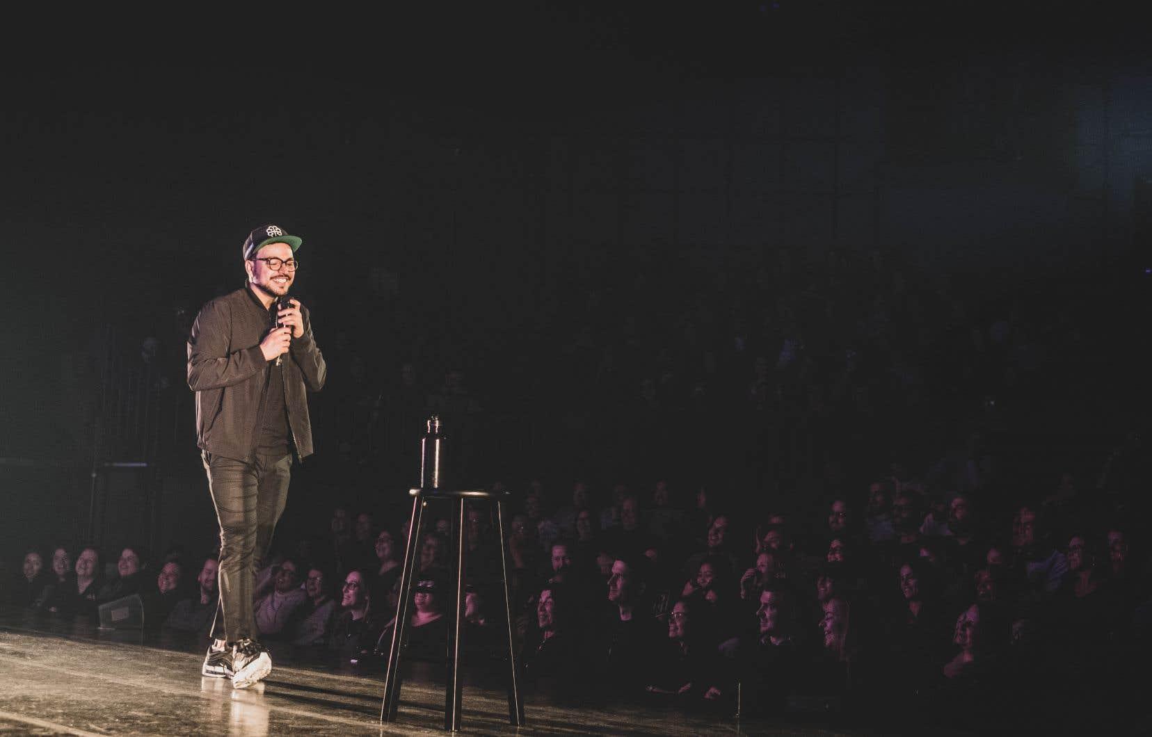 Mehdi Bousaidan présente son premier spectacle comme s'il s'agissait d'un visionnement à la maison... sur Medflix.