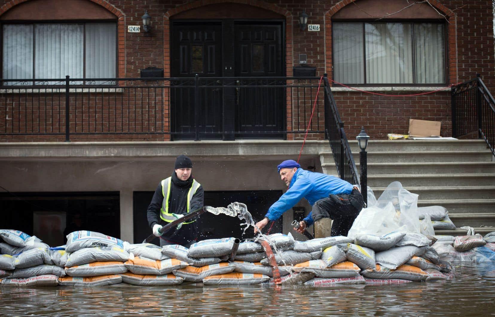 Inondations au printemps 2017 dans Ahuntsic-Cartierville, à Montréal. Les experts recommandent de construire les bâtiments en milieu inondable de façon plus résiliente.