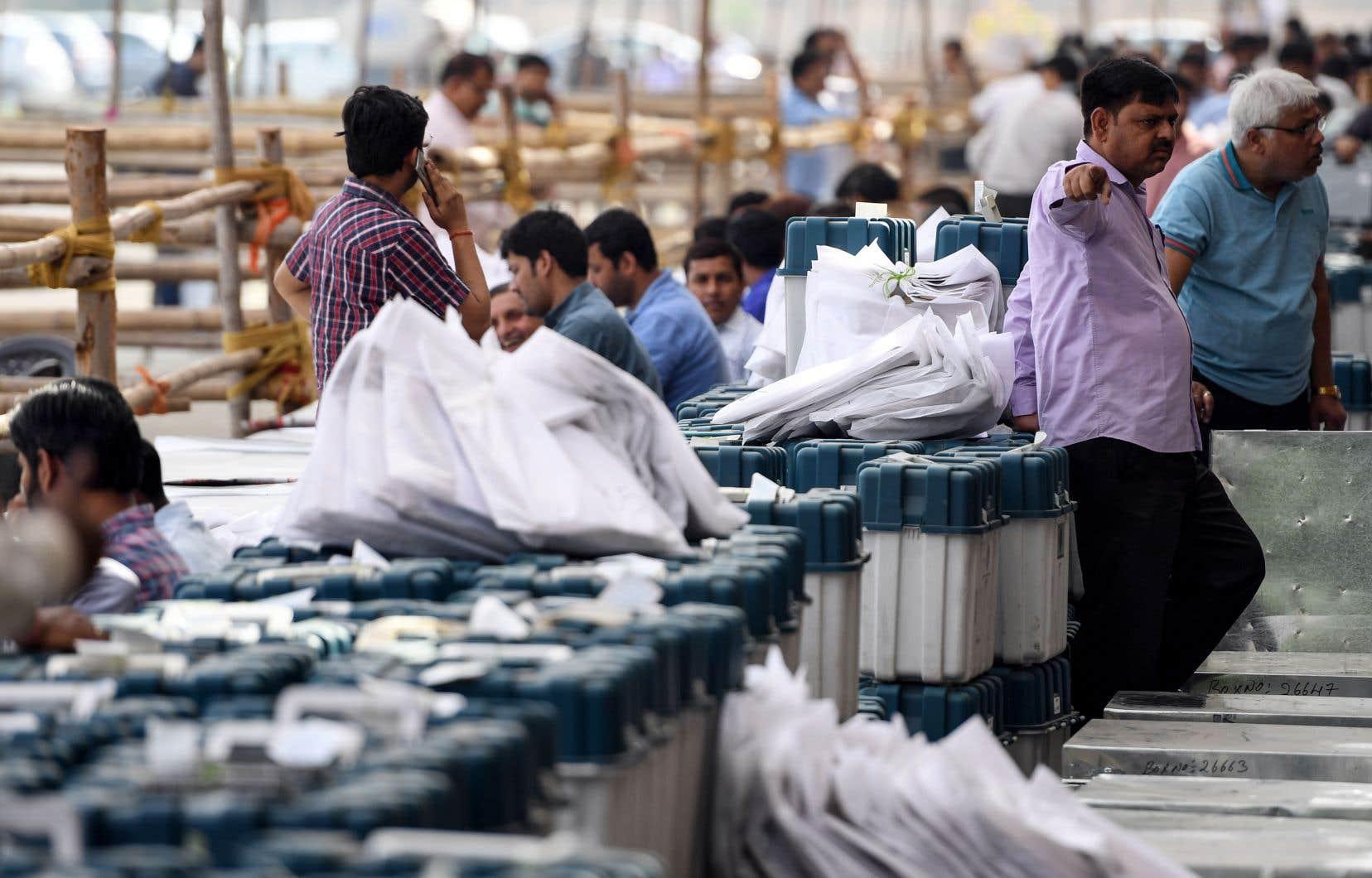 Mercredi, des agents des élections indiennes préparaient du matériel à Noida, tout près de New Delhi.