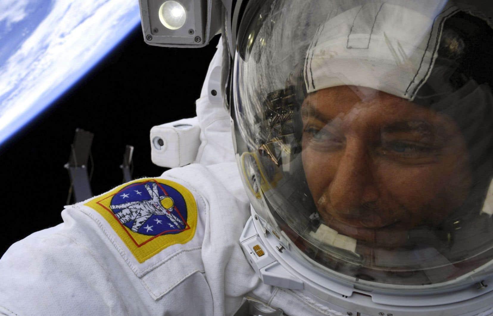 Un homme est-il plus libre en apesanteur? Sa liberté est aussi grande que le câble qui le retient. Ici, l'astronaute David Saint-Jacques cette semaine.
