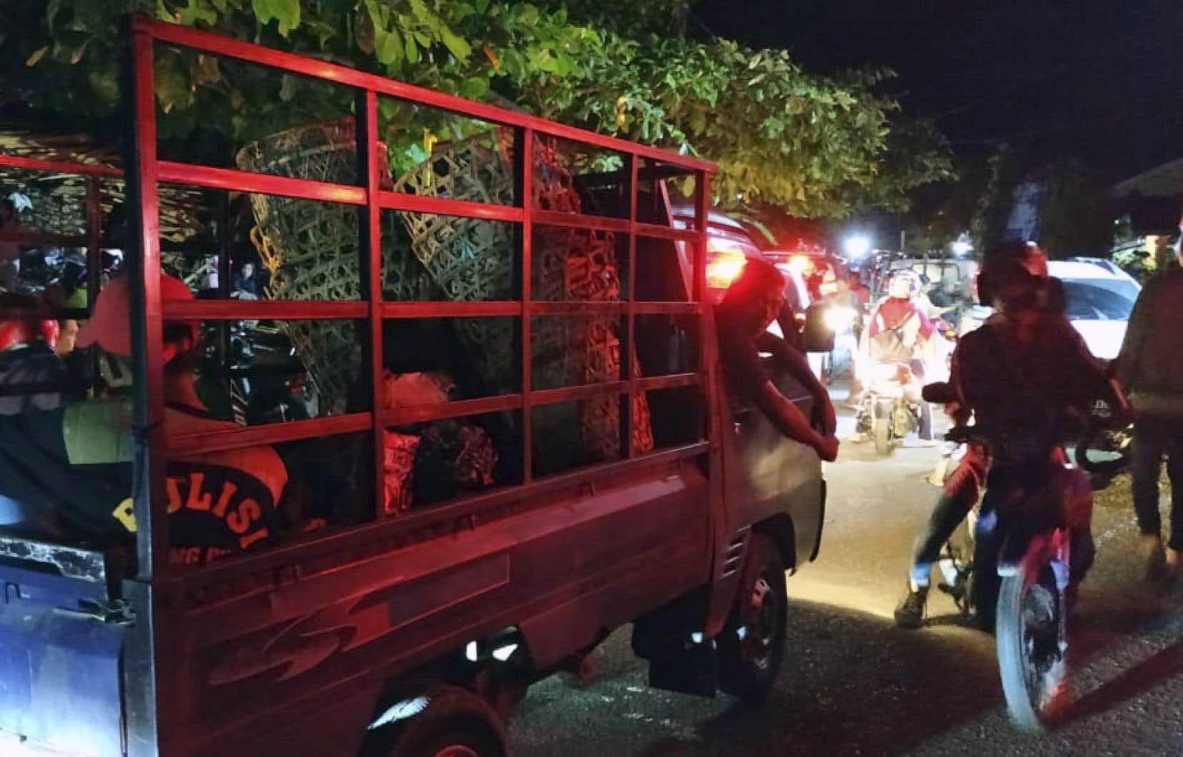 Les premiers témoignages rapportent des scènes de panique chez les habitants. Par crainte du tsunami, certains tentaient de se réfugier en hauteur.