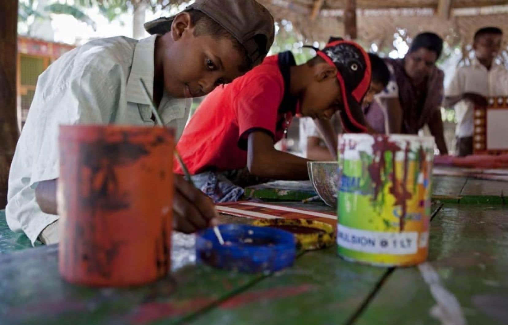 Des enfants participent à un atelier de peinture au Butterfly Peace Garden.