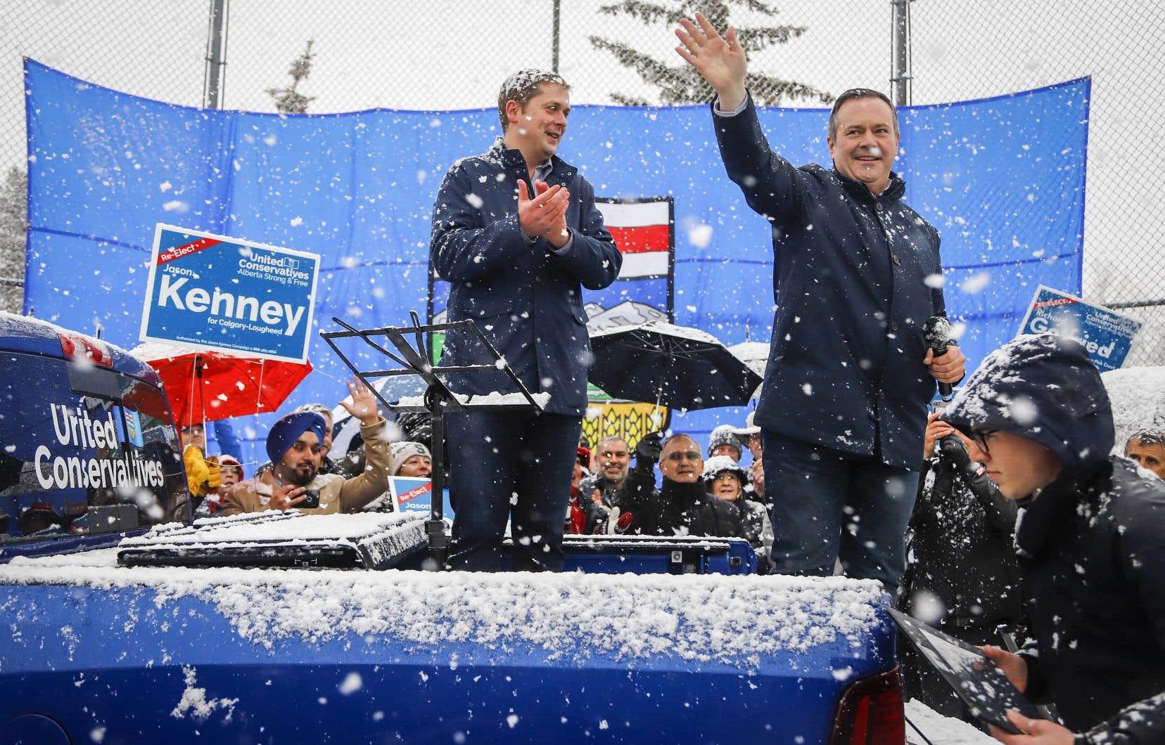 Andrew Scheer accompagnait Jason Kenney dans un rallye à Calgary jeudi.