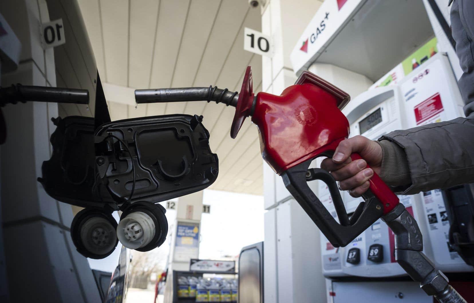L'autocollant en question indique que la loi fédérale ajoutera à leur facture 4,4 cents par litre d'essence cette année, et 11 cents le litre en 2022.