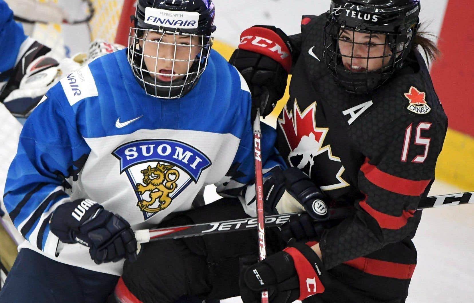 La Finlandaise Nelli Laitinen bataille devant le filet contre la Canadienne Mélodie Daoust.