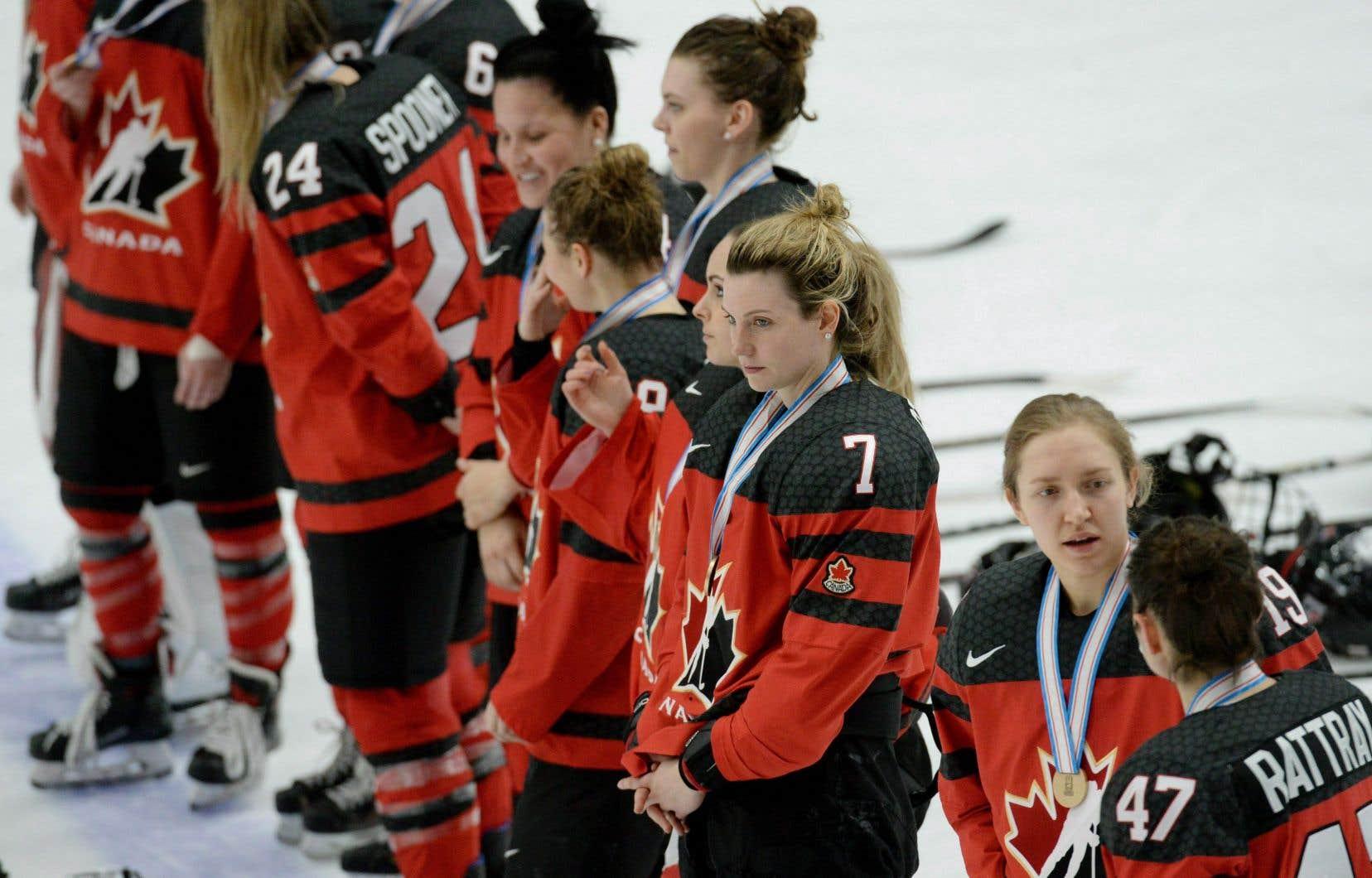 Les Canadiennes ont encaissé un revers de 4-2 contre la Finlande en demi-finales samedi, ce qui signifie qu'elles n'ont pu participer à la finale pour la première fois depuis l'instauration du tournoi en 1990.