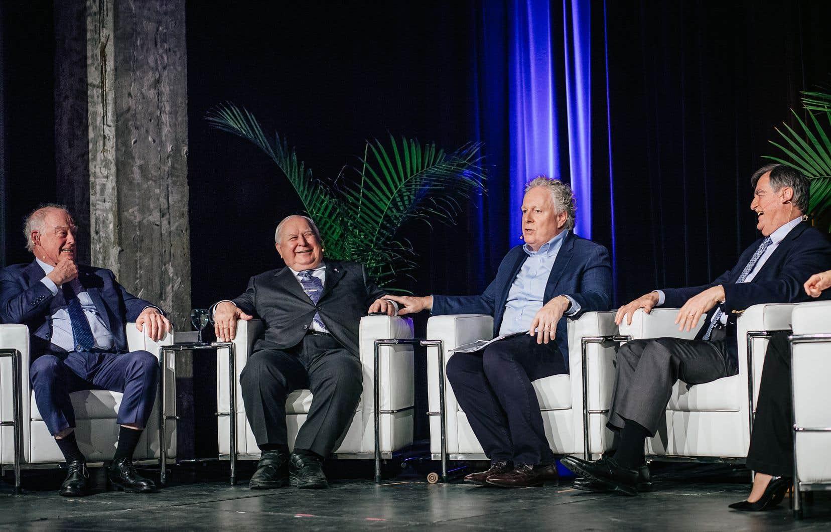 L'ancien président et directeur général de la société d'État André Caillé (à gauche) se trouvait dimanche aux côtés de l'ex-président et chef de l'exploitation Armand Couture et des anciens premiers ministres Jean Charest et Lucien Bouchard lors d'un événement soulignant les 75 ans d'Hydro-Québec à la SAT, à Montréal.