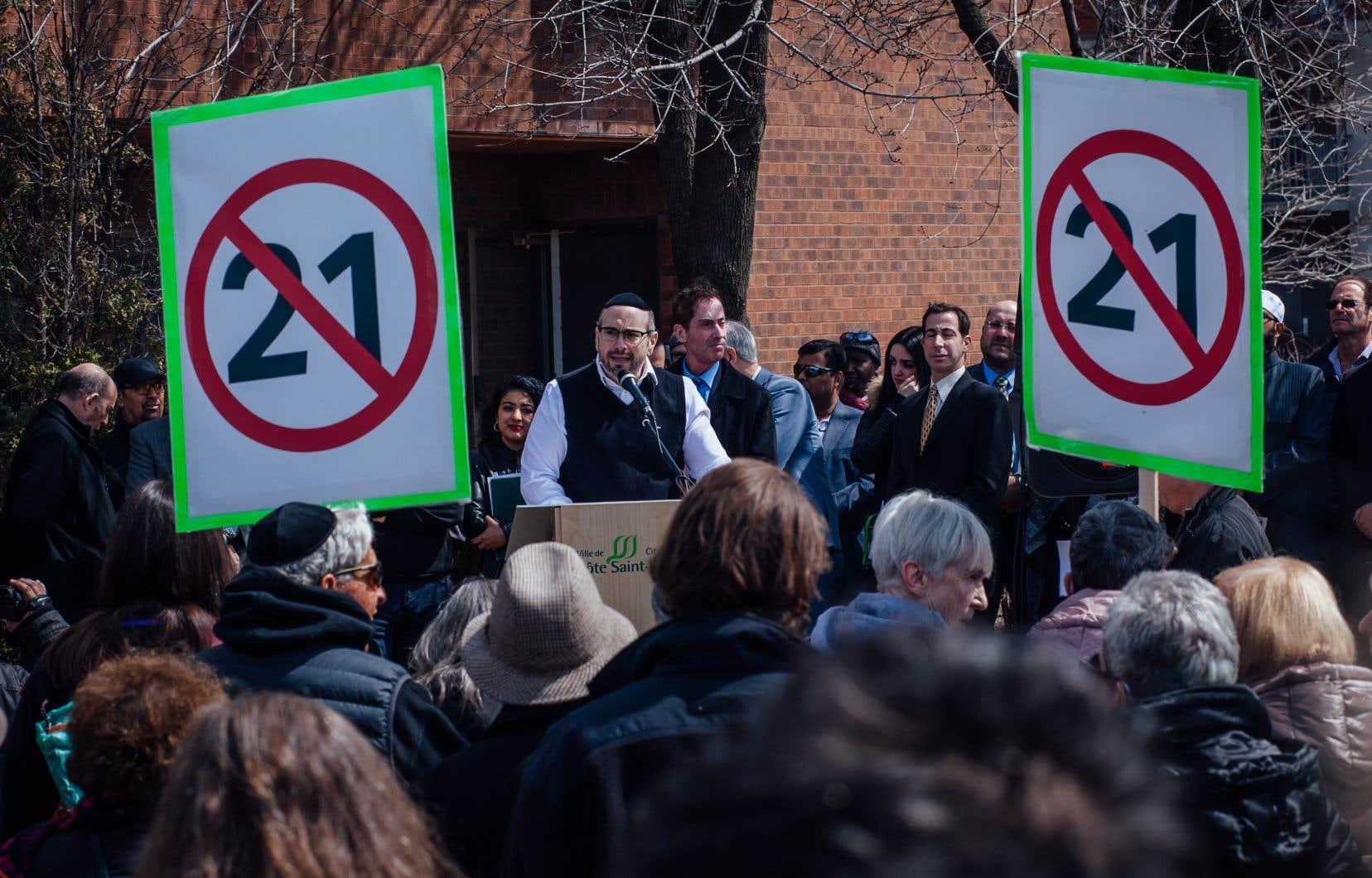 Quelques centaines de personnes ont participé à la manifestation qui s'est déroulée devant un centre communautaire à Côte-Saint-Luc, sur l'île de Montréal.